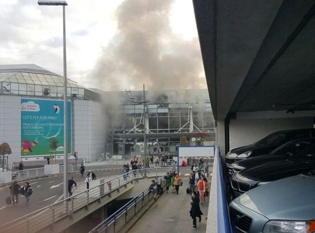 Cảnh tượng hỗn loạn tại sân bay Brussels nhìn từ bên ngoài.