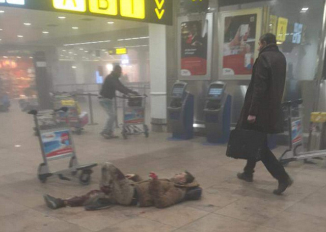 Một hành khách bị thương do dư chấn của vụ nổ bom đang nằm trên sàn.