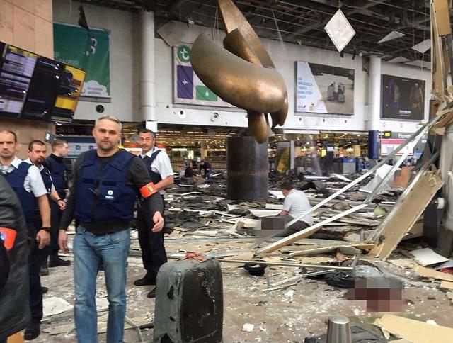 Vụ nổ kép xảy ra ở sân bay Brussels, ước tính có khoảng 11 người thiệt mạng tại chỗ và rất nhiều người khác bị thương.