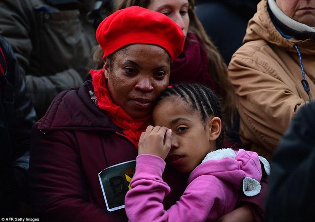 Một người phụ nữ ôm chặt cô con gái trong buổi lễ tưởng niệm các nạn nhân diễn ra tại thủ đô Brussels.