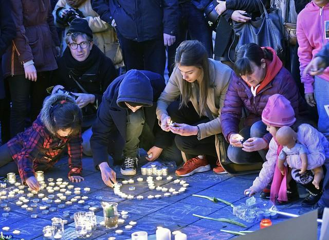 Người dân tập trung thắp nến và kết hoa tại lễ tưởng niệm tại thủ đô Brussels.