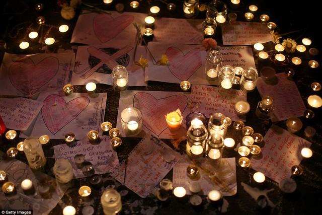 Nến đã được thắp sáng, những từ ngữ xúc động nhất cũng đã được viết nên tại lễ tưởng niệm.