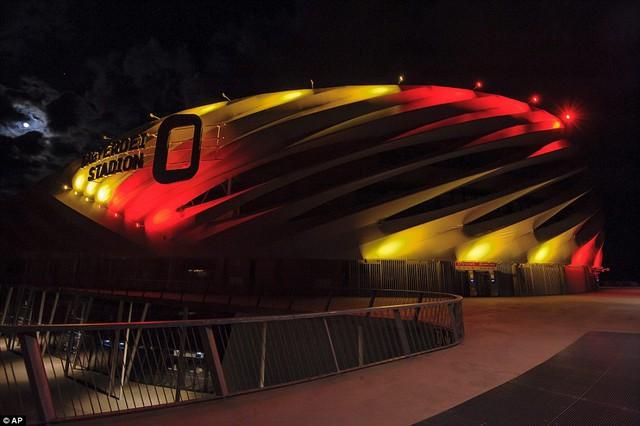 ... sân vận động ở Hungary cũng rực sáng trong ba gam màu của quốc kỳ Bỉ.