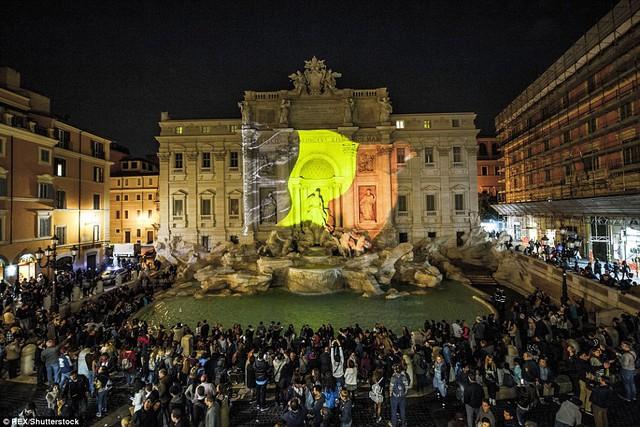 Tại Rome, Ý, ba màu đen, vàng và đỏ cũng được thắp sáng để tưởng nhớ tới các nạn nhân.