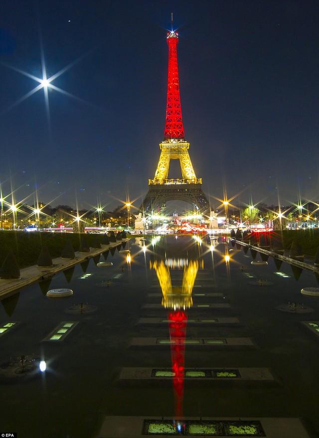 Tháp Eifffels đổi sang màu quốc kỳ Bỉ để tưởng nhớ đến những nạn nhân xấu số của vụ khủng bố kép tại Brussels.