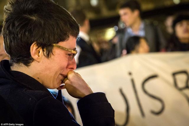 Một phụ nữ không cầm được nước mắt khi nghĩ đến những nạn nhân đã thiệt mạng trong vụ khủng bố.