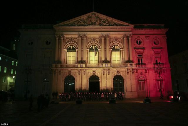 Dòng người cúi đầu bày tỏ sự tiếc thương và tôn trọng tới các nạn nhân trong vụ khủng bố tại Brussels. Ảnh được chụp trước tòa thị chính ở Lisbons.