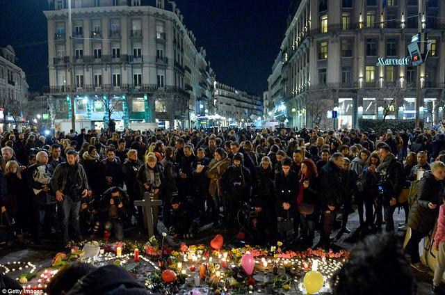 Đám đông tập trung tại lễ tưởng niệm các nạn nhân ở Brussels.