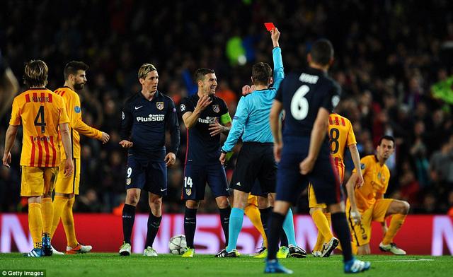 Fernando Torres trở thành tội đồ với chiếc thẻ đỏ gián tiếp ở phút 35