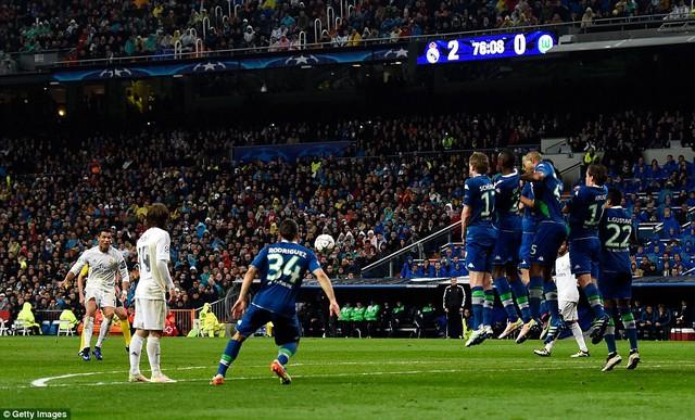 Cú đá phạt chết người của Ronaldo vào lưới Wolfsburg (Ảnh: Getty)