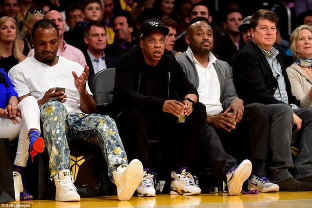 Ca nhạc sỹ Jay-Z cùng hàng loạt ngôi sao ca nhạc cũng có mặt trong trận đấu chia tay Kobe Bryant