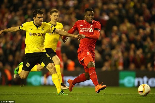 Divock Origi rút ngắn tỷ số xuống còn 1-2 cho Liverpool ở phút 48