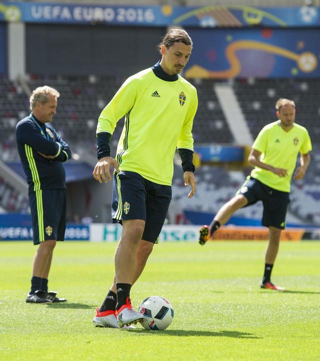 Ibrahimovic ra sân với đôi giày của thương hiệu Adidas