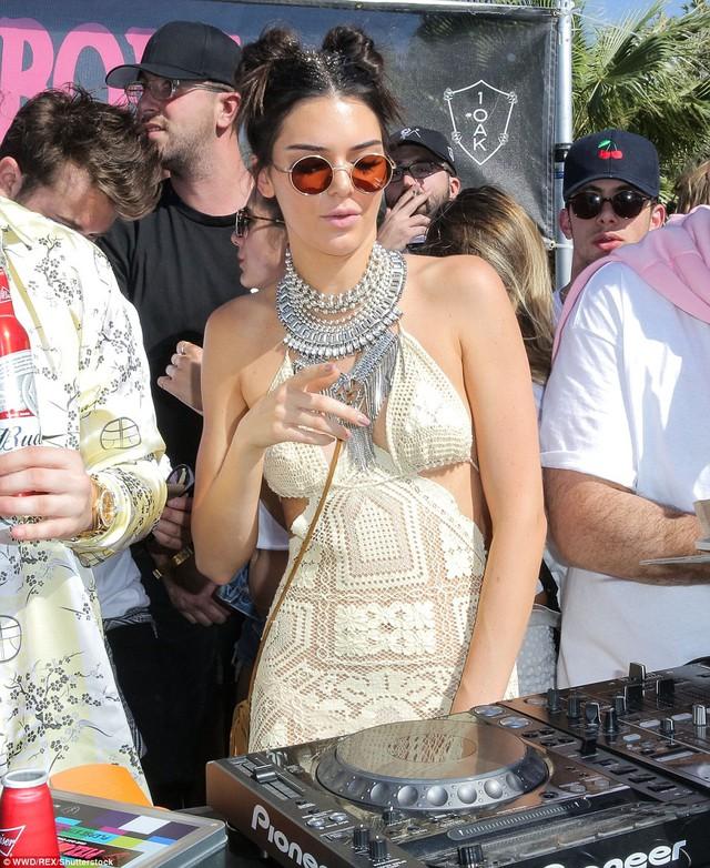 Kendall Jenner khoe thân hình người mẫu trong chiếc váy maxi gợi cảm. Gu thời trang của ngôi sao truyền hình thực tế này nhận được rất nhiều sự quan tâm của giới trẻ. Năm ngoái, cô còn đại diện cho thương hiệu H&M mặc những thiết kế dành riêng cho lễ hội Coachella