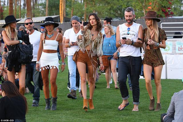 Thiên thần Alessandra Ambrosio thường xuyên có mặt tại Coachella. Cô nổi bật trong đám đông với bộ trang phục gợi cảm và gương mặt quyến rũ.