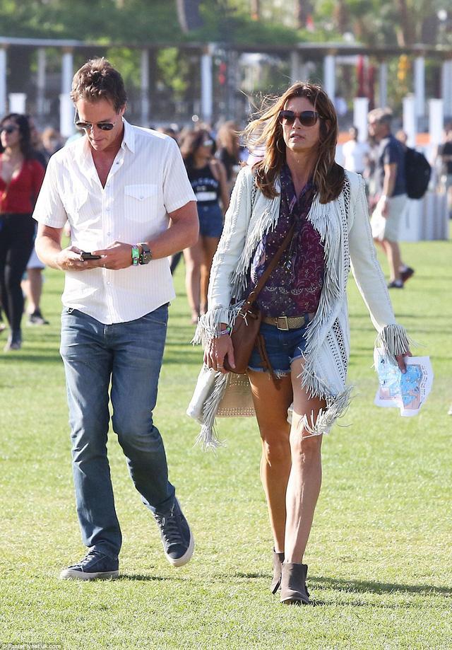 Siêu mẫu Cindy Crawford vẫn hết sức thời trang khi tới Coachella.