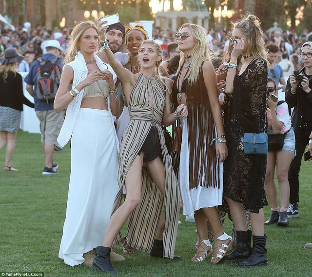 Dàn thiên thần của Victorias Secret gồm Romee Strijd, Jasmine Tookes, Devon Windsor và Rachel Hilbert selfie tại bãi cỏ của Coachella