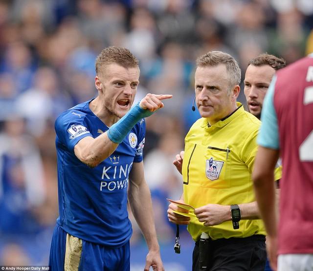 Jamie Vardy suýt phá hỏng cả trận đấu của Leicester City.