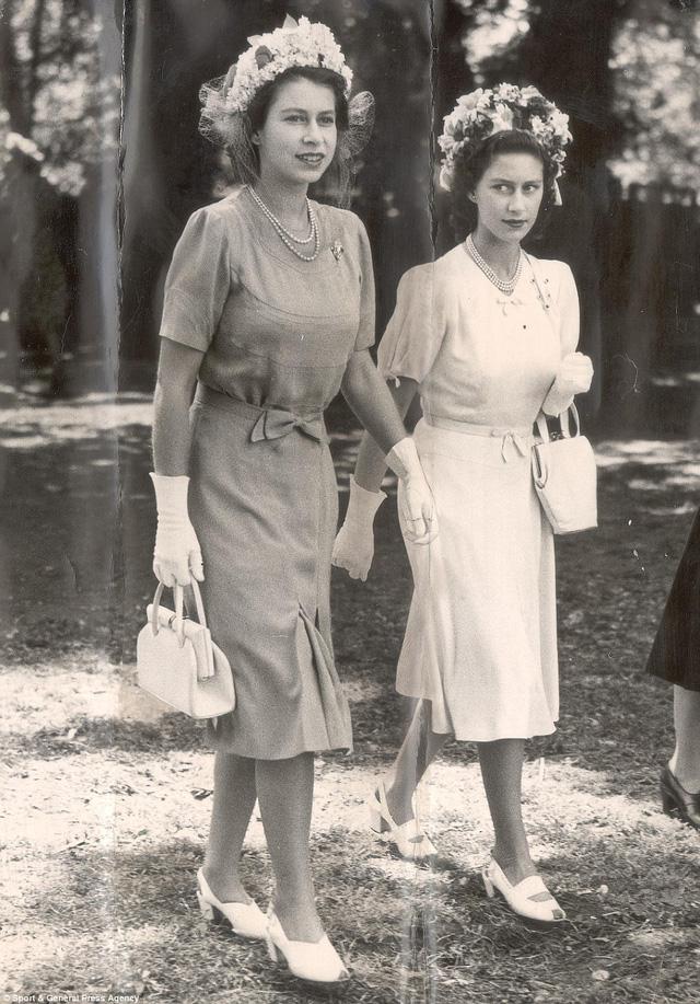 Bà cùng em gái trong hai bộ cánh giống nhau với điểm nhấn là chiếc nơ nhỏ xinh ở eo cùng chiếc mũ hoa trên đầu