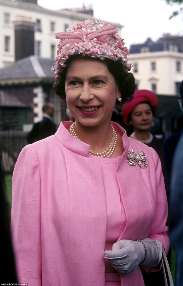 Nữ hoàng Elizabeth đệ nhị diện một bộ váy hồng với chiếc mũ ton sur ton khi tham dự một bữa tiệc tổ chức tại Bệnh viện Hoàng Gia ở London