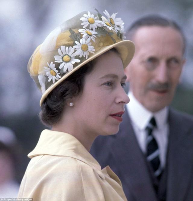 Và tất nhiên, phụ kiện thời trang không thể thiếu của bà chính là những chiếc mũ