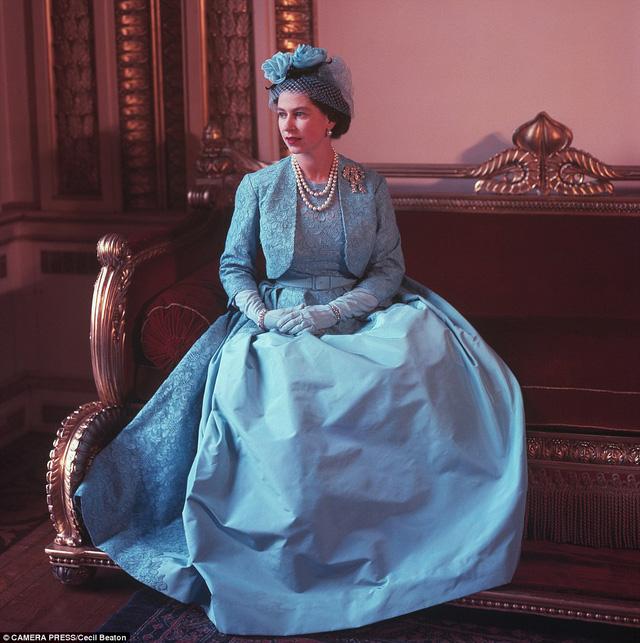 Bức ảnh tuyệt đẹp của Nữ hoàng Anh chụp bởi nhiếp ảnh gia Cecil Beaton vào ngày cưới của công chúa Margaret