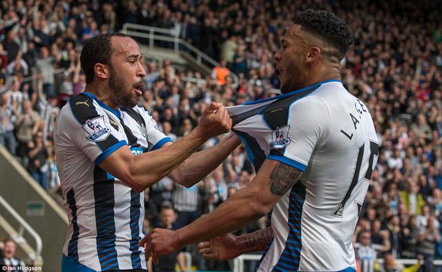 Andros Townsend và các đồng đội đã có một ngày thi đấu cực cảm xúc, qua đó làm sống dậy hy vọng trụ hạng cho Newcastle.
