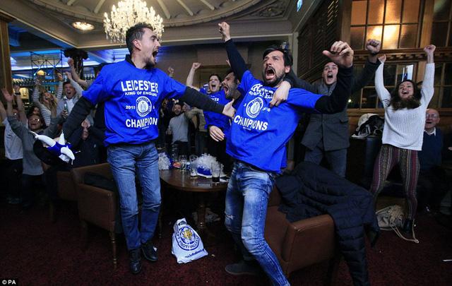 Niềm vui của các CĐV Leicester khi chứng kiến Spurs bị cầm hòa (Ảnh: PA)