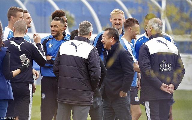 Chủ tịch Vichai Raksriaksornwith (áo khoác đen) đến sân tâp để chúc mừng các cầu thủ và BHL Leicester