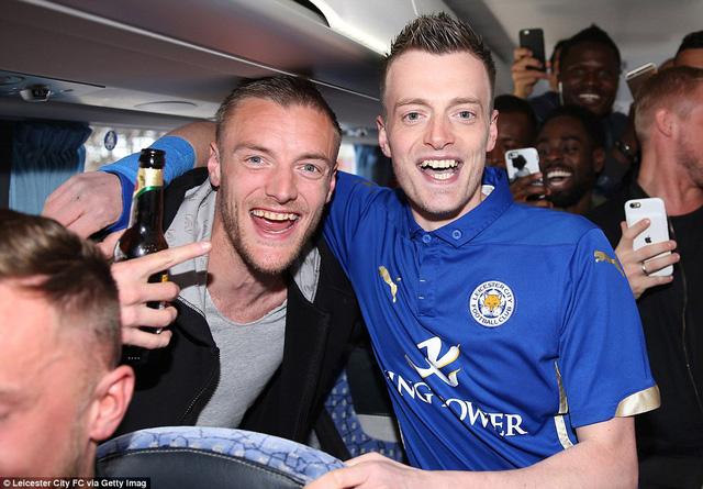 Tiền đạo Jamie Vardy mời bản sao của anh lên xe bus của Leicester