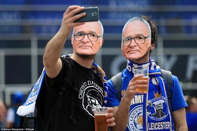 Tấm mặt nạ in hình HLV Ranieri là hình ảnh phổ biến tại đây bởi ông đã góp phần to lớn trong kỳ tích vô địch Ngoại hạng Anh của Leicester