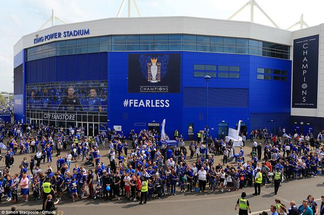 Các CĐV Leicester City đã tập trung tại sân King Power từ rât sớm để chuẩn bị cho ngày đăng quang của CLB