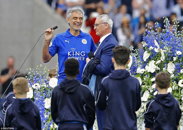Ca sĩ opera người Italy Andrea Bocelli dành tặng người đồng hương Ranieri và những người yêu mến Leicester hai ca khúc kinh điển là Nessun Dorma và Time To Say Goodbye