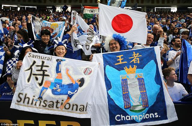 Trên sân King Power cũng có sự xuất hiện của các CĐV Nhật Bản đến để chúc mừng cho tiền vệ Okazaki