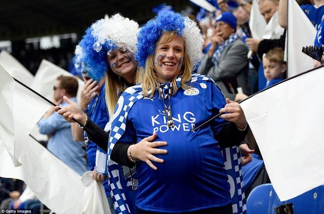 Một CĐV nữ sắp làm mẹ cũng không thể bỏ qua ngày trọng đại của Leicester