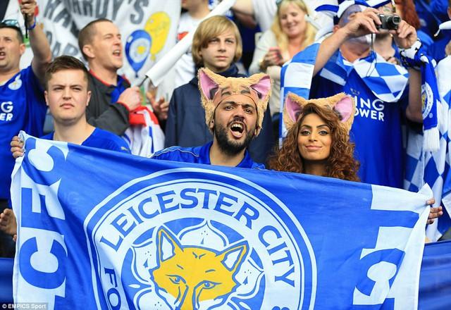Sau trận đấu là thời khắc mà các CĐV Leicester hồi hợp chờ đợi khi đội bóng của họ chính thức nâng cúp vô địch