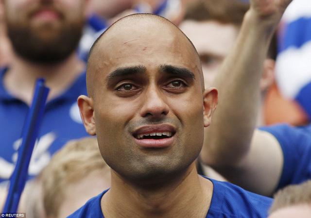 Một CĐV ngấn lệ khi chứng kiến giây phút đăng quang của Leicester
