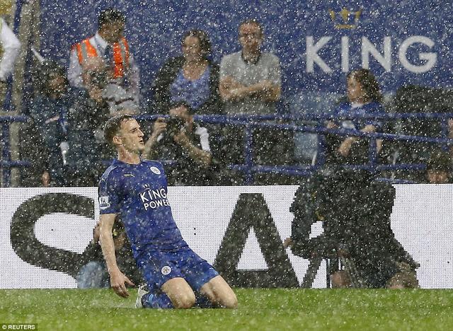 Đông lực thi đấu trong ngày lên ngôi vương đã giúp Leicester thi đấu thăng hoa từ đầu trận với bàn mở tỷ số của Vardy