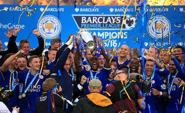 Và giây phút quan trọng đã đến. Leicester City chính thức nhận cúp vô địch Ngoại hạng Anh