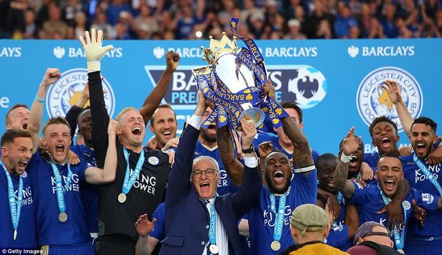 Đội trưởng Morgan và HLV Ranieri nhận vinh dự giương cúp vô địch Ngoại hạng Anh đầu tiên cho Leicester City