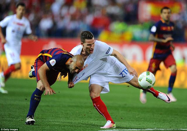 Javier Mascherano bị truất quyền thi đấu ở phút 36 sau pha phạm lỗi với Kevin Gameiro (Sevilla)