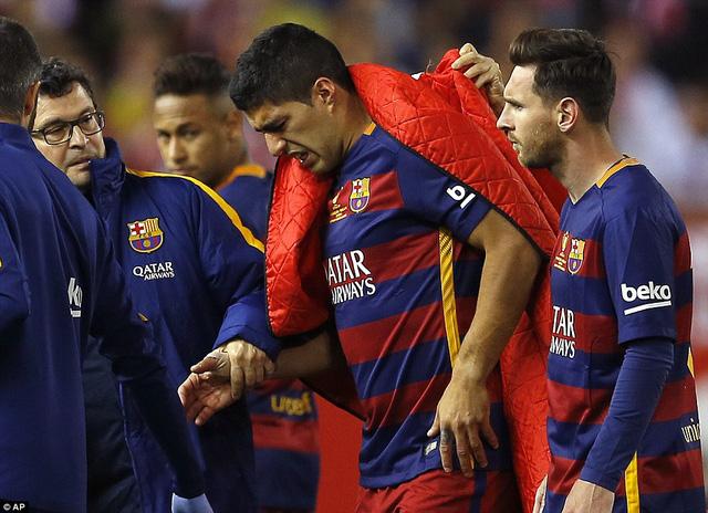 Luis Suarez gặp chấn thương và không thể tiếp tục thi đấu ở phút 57