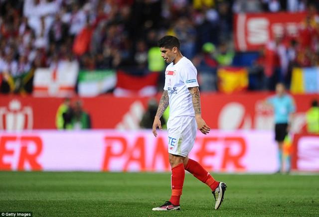 Tiền vệ Ever Banega của Sevilla nhận thẻ đỏ trực tiếp ở phút 91