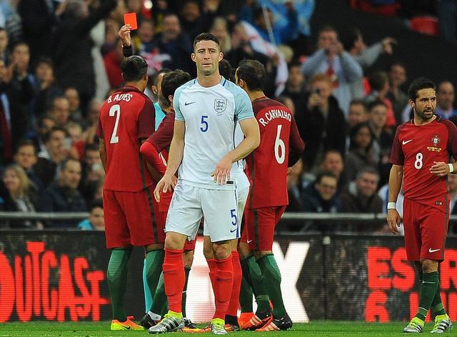 Bruno Alves đã nhận thẻ đỏ trực tiếp sau pha vào bóng với Harry Kane