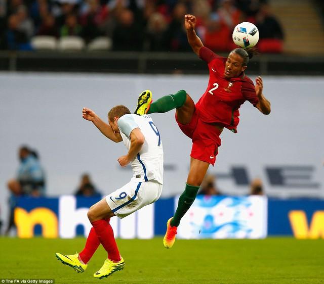 Bruno Alves có pha vào bóng như đấu võ kungfu với Harry Kane