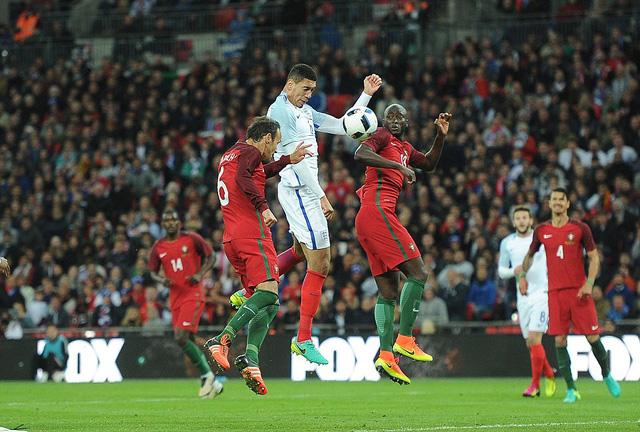 Chris Smalling bật cao đánh đầu ghi bàn duy nhất mang về chiến thăng cho đội tuyển Anh