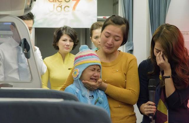 Khánh Linh và gia đình xúc động vì mơ ước của cô bé được hiện thực hóa.