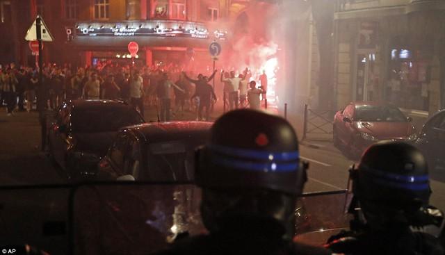 Nhóm CĐV quá khích của ĐT Anh làm loạn tại thành phố Lille