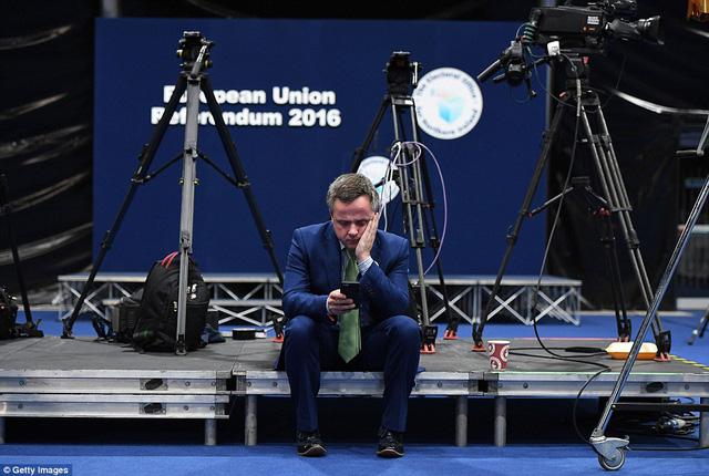 Trong khi đó, sự lo âu và thất vọng lại hiển hiện rõ trên gương mặt của một cử tri phản đối Brexit.