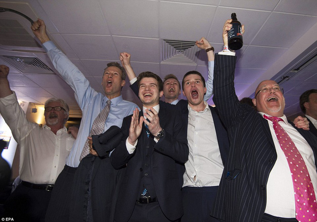 Các cử tri ủng hộ Brexit tưng bừng trong niềm vui chiến thắng.